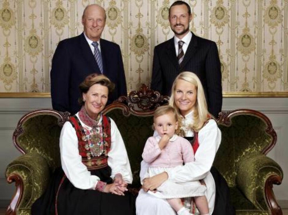 TRONDHEIM, 22.06.2006.  FAMILY PHOTO AT STIFTSGÅRDEN TRONDHEIM.  THE IMMEDIATE NORWEGIAN ROYAL FAMILY: KING HARALD, QUEEN SONJA, CROWN PRINCESS HAAKON, CROWN PRINCESS METTE-MARIT AND PRINCESS INGRID ALEXANDRA.  PHOTO: LASSE BERRE/THE ROYAL COURT OSLO/FRE Foto: Stella Pictures