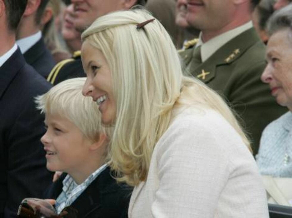 TRONDHEIM 2006-06-23  THE ROYAL FAMILY WERE TREATED TO A LIVE CONCERT IN THE TOWN SQUARE, WHICH THEY ALL SEEM TO BE ENJOYING.  PÅ BILD: PRINSESSAN METTE-MARIT OG MARIUS BORG  FOTO: MARIUS GULLIKSRUD CODE 5008.  COPYRIGHT STELLA PICTURES. Foto: Stella Pictures