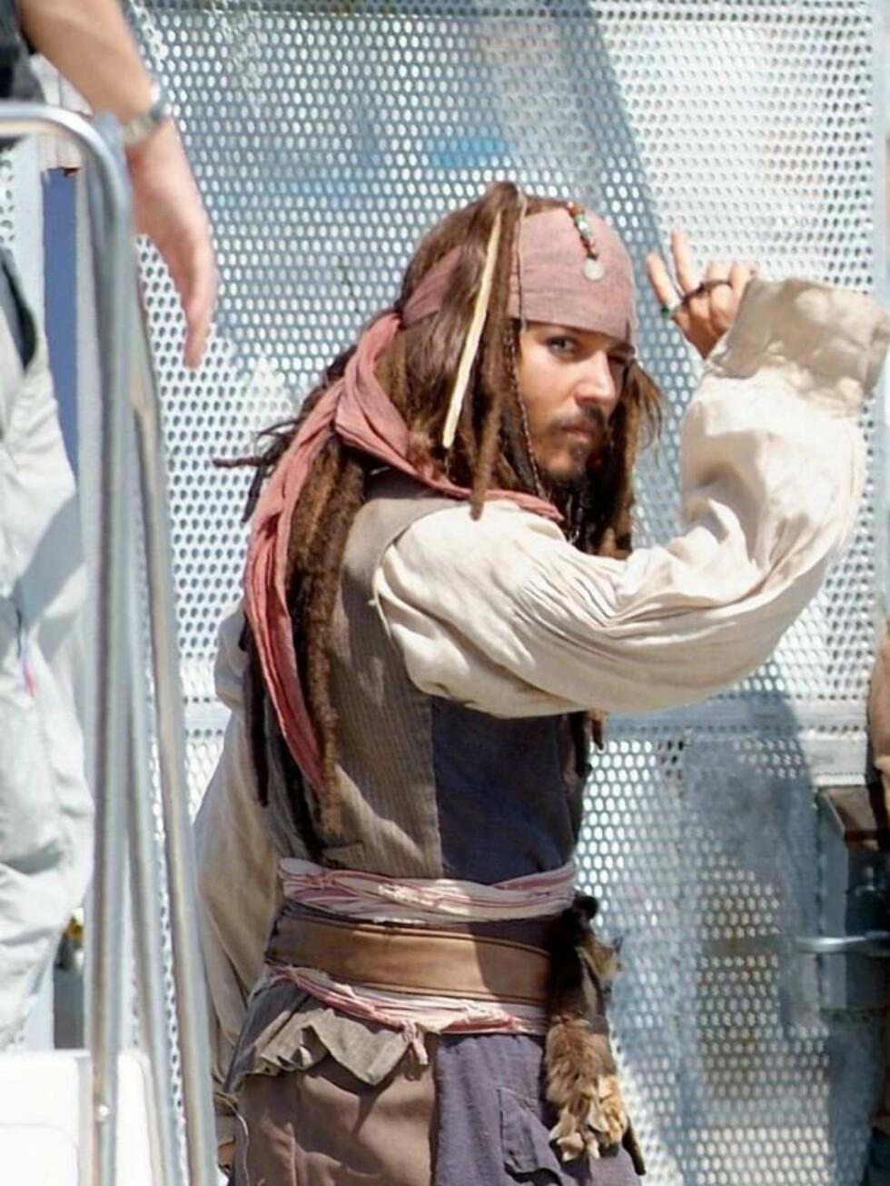 AYE AYE: Kaptein Jack vinker til fotografene. Foto: All Over Press