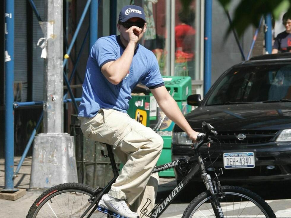 SYKLIST: Leonardo diCaprio suser over veien. Foto: Stella Pictures