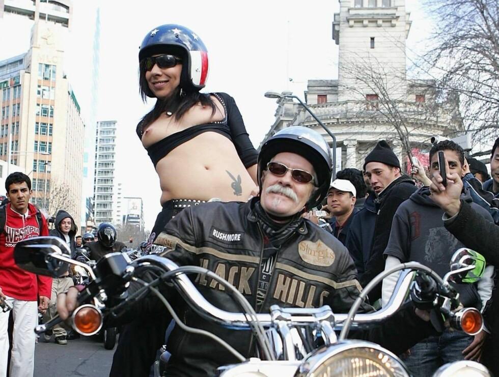 LETT ANTREKK: Heldigvis for den new zealandske jenta hadde hun hvertfall husket motorsykkelhjelm... Foto: All Over Press