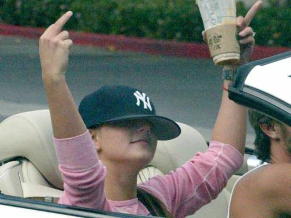Malibu 20041005  Britney Spears with her Husband Kevin Federline getting food and a Subway Sandwich shop in Malibu. Britney makes hand gestures to photographers while driving off.  Photo:Fame Pict Code:4002  COPYRIGHT STELLA PICTURES Foto: Stella Pictures