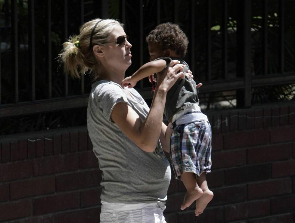 KYSS, KLAPP OG KLEM: Heidi kastet seg engasjert ut i leken med sin lille sønn. Foto: All Over Press