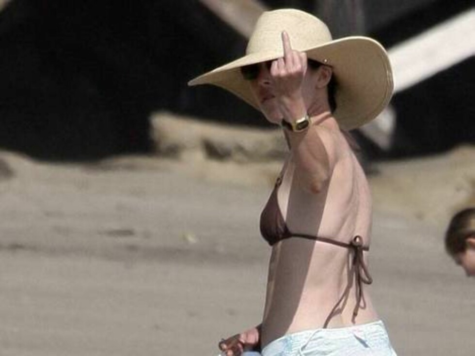 Lara Flynn Boyle walking in bikini on a beach in Malibu illegally smoking and giving the finger June 18, 2006 X17agency EXCLUSIVE Foto: All Over Press