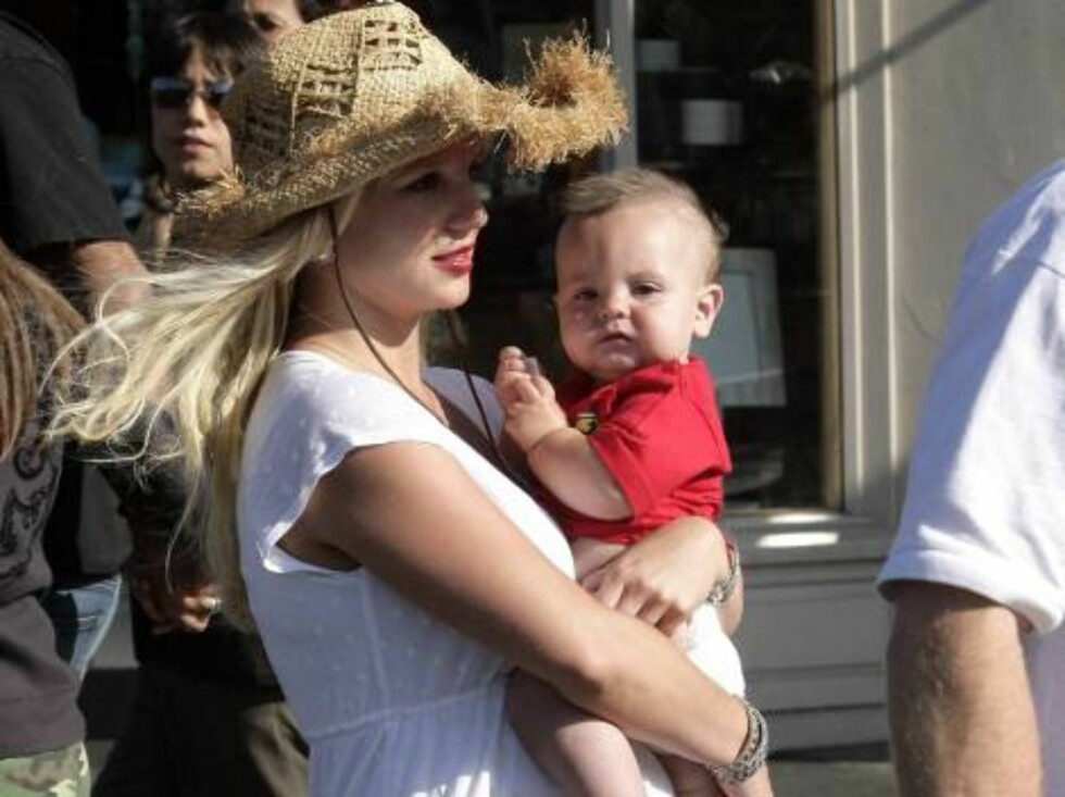 Britney Spears enjoys a sunny day in Malibu with baby Sean with paper in his mouth. May 27, 2006 X17agency EXCLUSIVE / ALL OVER PRESS Foto: All Over Press