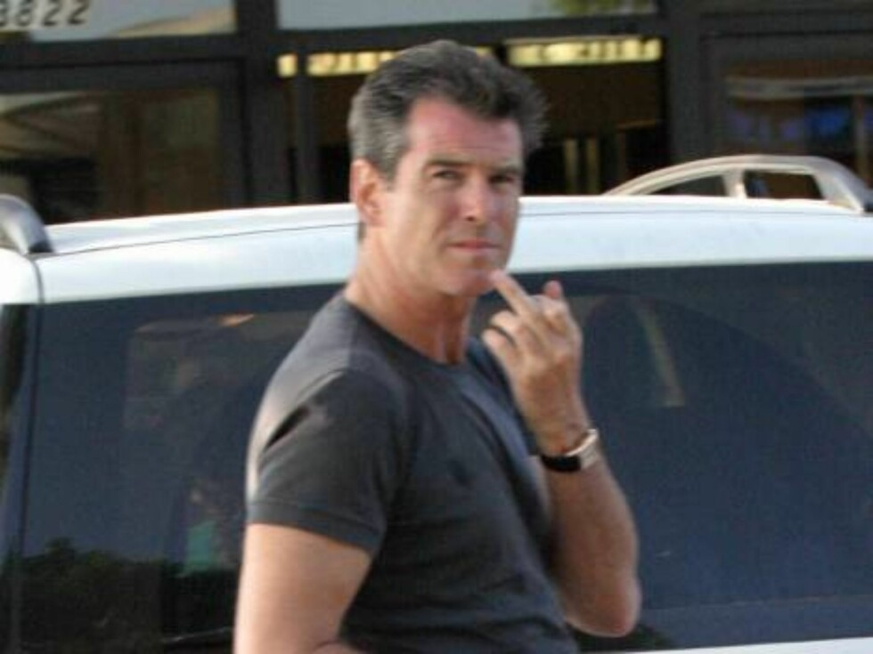 Code: X17XX8-  Joseph, MALIBU, USA, 21.06.2004:  007 ACTOR Pierce Brosnan always acting with class and distinction, here giving the finger, but discretly. June 21 2004 exclusive All Over Press / X17 agency/ Joseph / ALL OVER PRESS Foto: All Over Press