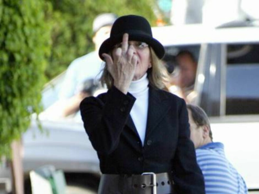 Diane Keaton had a single gesture for photographers as she strolled in Beverly Hills.  The eccentric actress sported a wide belt around her blazer, worn over boot-cut jeans, and topped of with a hat.  April 15, 2004.  Exclusive X17agency.com / ALL OVER PR Foto: All Over Press