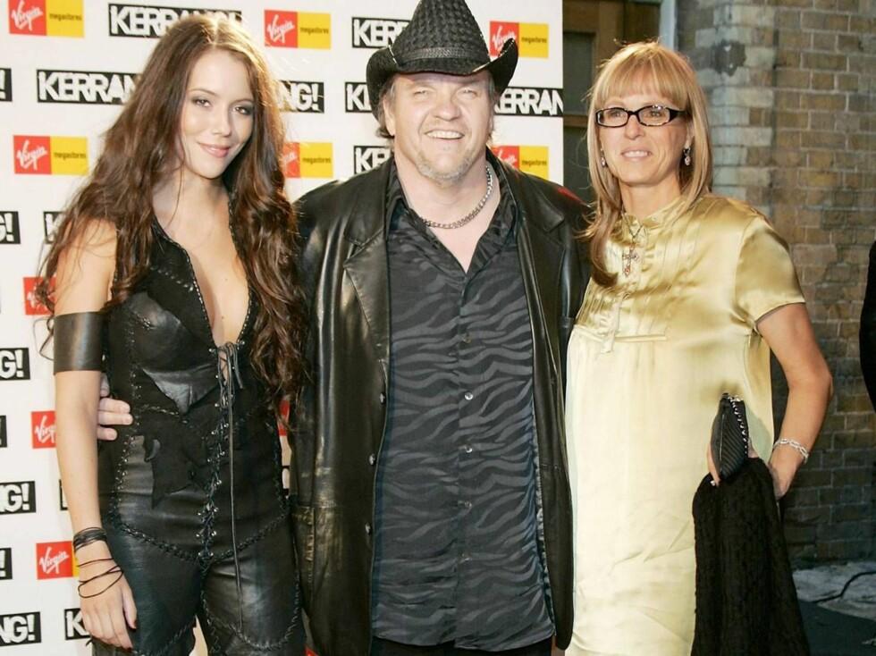 FORNØYD: Meatloaf med Marion i høyre arm og kona Lesley i venstre. Foto: All Over Press