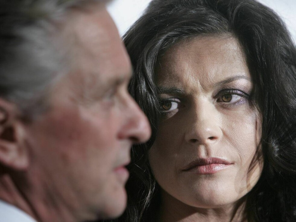 Actress Catherine Zeta-Jones looks at husband Michael Douglas during an interview at the Christopher Reeve Foundation's A Magical Evening Gala Thursday, Nov. 17, 2005 in New York. Zeta-Jones and Douglas received the Christopher Reeve Spirit of Courage awa Foto: AP/Scanpix