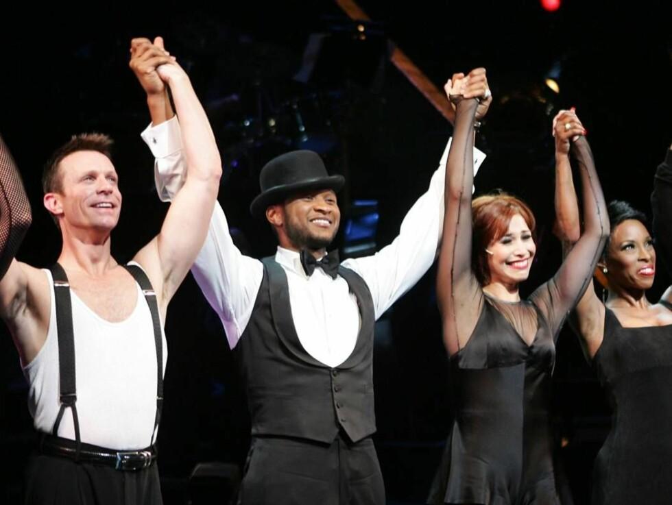 """PÅ SCENEN: Usher og resten av gjengen i """"Chicago"""" takker publikum etter forestillingen. Foto: All Over Press"""