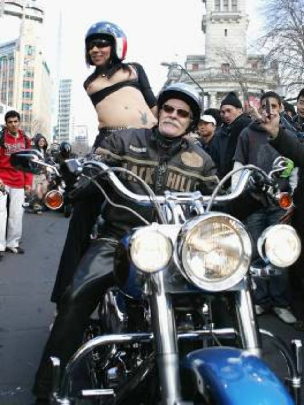 AUCKLAND, NEW ZEALAND - AUGUST 23:  (EDITOR'S NOTE: NUDITY)  A topless porn star rides on the back of a motorcycle down Queen Street during the Boobs on Bikes Parade August 23, 2006 in Auckland, New Zealand. The parade is to promote the Erotica Expo that Foto: All Over Press