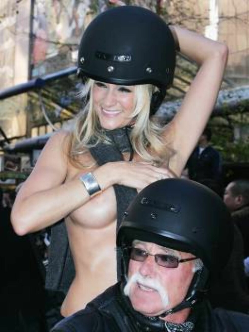 AUCKLAND, NEW ZEALAND - AUGUST 23:  A topless porn star rides on the back of a motorcycle down Queen Street during the Boobs on Bikes Parade August 23, 2006 in Auckland, New Zealand. The parade is to promote the Erotica Expo that starts in Auckland on Fri Foto: All Over Press