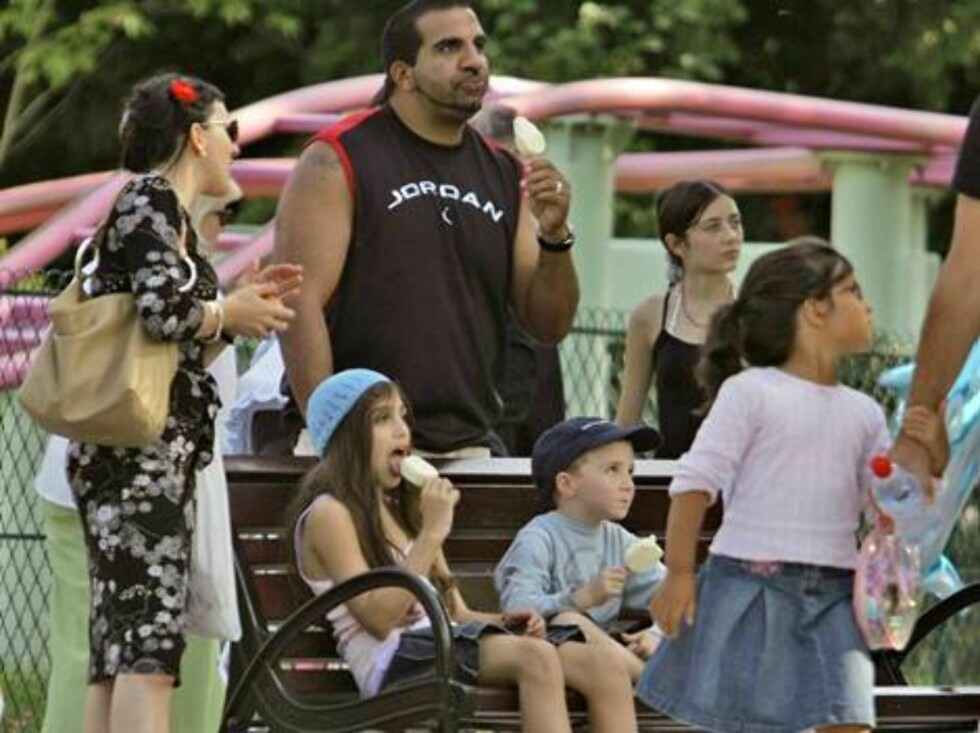 EXCLUSIVE. While mummy Madonna rehearses her tonight show at Bercy stadium, her children Rocco and Lourdes playing at 'Jardin d'Acclimatation' in Paris, France, on August 31, 2006.   Photo: ABACAPRESS Code: 4001/104433  COPYRIGHT STELLA PICTURES Foto: Stella Pictures