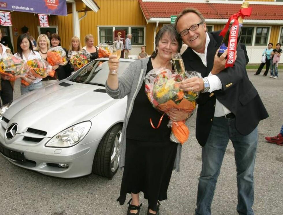 JIPPI! BILEN ER MIN: Eva Ludvigsen gratuleres av Se og Hør-redaktør Odd Johan Nelvik. Foto: Se og Hør