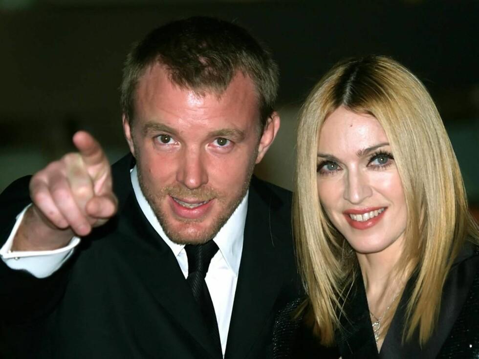 SKYGGEMANNEN: Guy Ritchie (37) er en knakende god regissør, men vil nok aldri komme seg ut av skyggen til kona, Madonna (47). Foto: AP/Scanpix