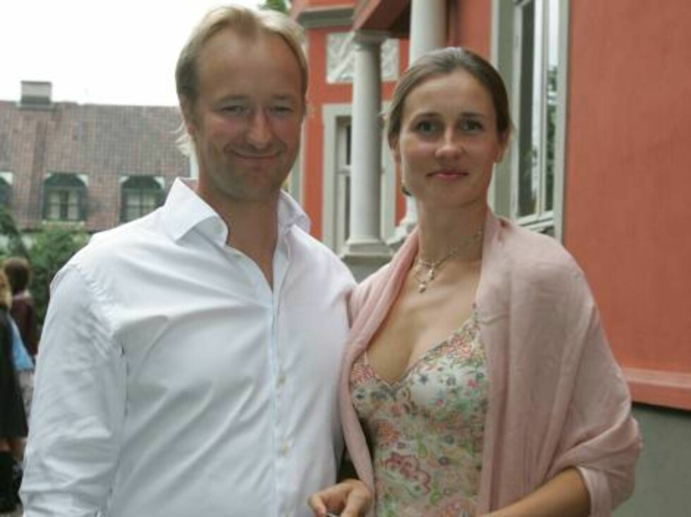 OSLO 2006-08-24: Norwegian publishing house Aschehoug throws their annual garden party: A wide variety of celebrities are invited. Pictured here former alpinist KJETIL ANDRE AAMODT and wife STINE ØSTVOLD. Code 5008. Photo Marius Gulliksrud. COPYRIGHT STE Foto: STELLA PICTURES