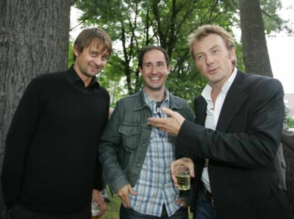 OSLO 2006-08-24: Norwegian publishing house Aschehoug throws their annual garden party: A wide variety of celebrities are invited. Pictured here TV-show hosts THOMAS NUMME, FREDRIK SKAVLAN AND HARALD RØNNEBERG. Code 5008. Photo Marius Gulliksrud. COPYRIG Foto: STELLA PICTURES