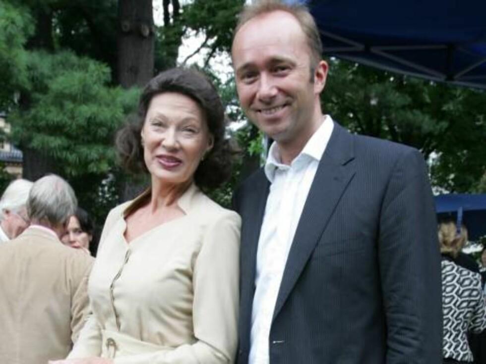 VEDD PÅ GISKE: Kulturministeren får fortsatt mye pepper for å ha latt Mira sitte på skuldrene hans. Her med Åse Kleveland. Foto: STELLA PICTURES