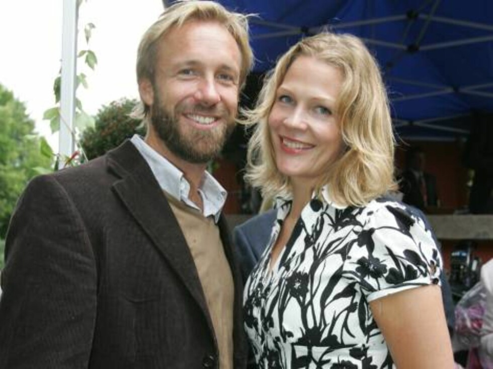 OSLO 2006-08-24: Norwegian publishing house Aschehoug throws their annual garden party: A wide variety of celebrities are invited. Pictured here THOMAS GIERTSEN and ÅSNE SEIERSTAD. Code 5008. Photo Marius Gulliksrud. COPYRIGHT STELLA PICTURES. Foto: STELLA PICTURES