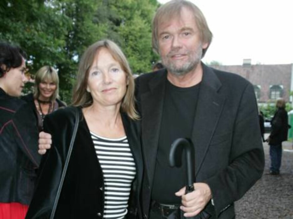 OSLO 2006-08-24: Norwegian publishing house Aschehoug throws their annual garden party: A wide variety of celebrities are invited. Pictured here writer JOSTEIN GAARDER with wife. Code 5008. Photo Marius Gulliksrud. COPYRIGHT STELLA PICTURES. Foto: STELLA PICTURES