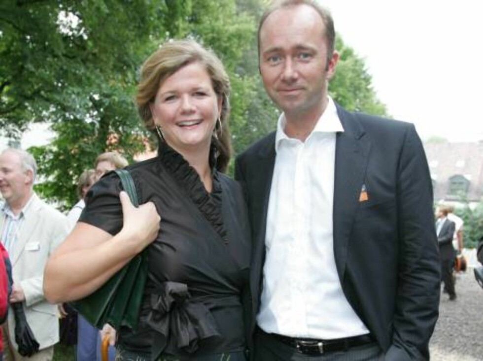 OSLO 2006-08-24: Norwegian publishing house Aschehoug throws their annual garden party: A wide variety of celebrities are invited. Pictured here politician ANNE LINDMO and TROND GISKE. Code 5008. Photo Marius Gulliksrud. COPYRIGHT STELLA PICTURES. Foto: STELLA PICTURES