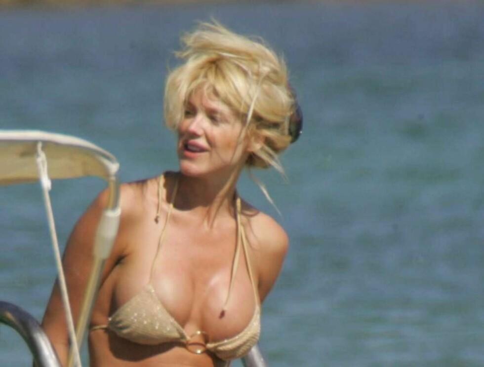 KOSTE SEG: Victoria manglet ikke ideer til hva hun og elskeren kunne finne på i vannet... Foto: (c)CIAO PIX/BULLS