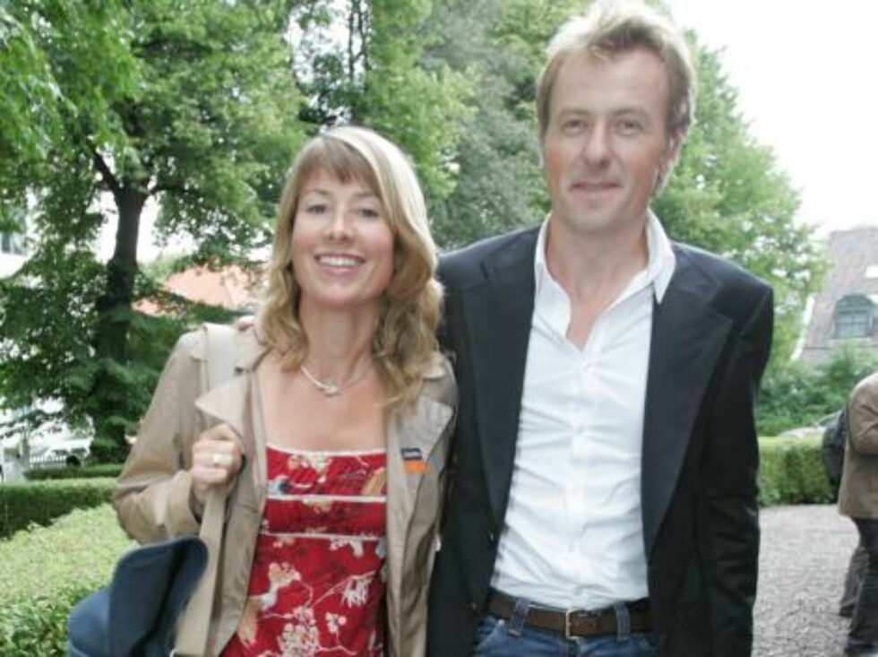 OSLO 2006-08-24: Norwegian publishing house Aschehoug throws their annual garden party: A wide variety of celebrities are invited. Pictured here TV show host FREDRIK SKAVLAND with friend. Code 5008. Photo Marius Gulliksrud. COPYRIGHT STELLA PICTURES. Foto: STELLA PICTURES