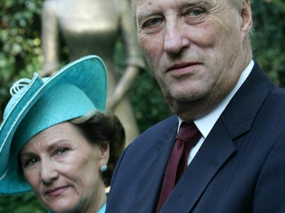 KJÆRLIGHET: Også forlovelsen mellom Kongen og dronning Sonja i 1968 blir omtalt. Foto: AP/Scanpix