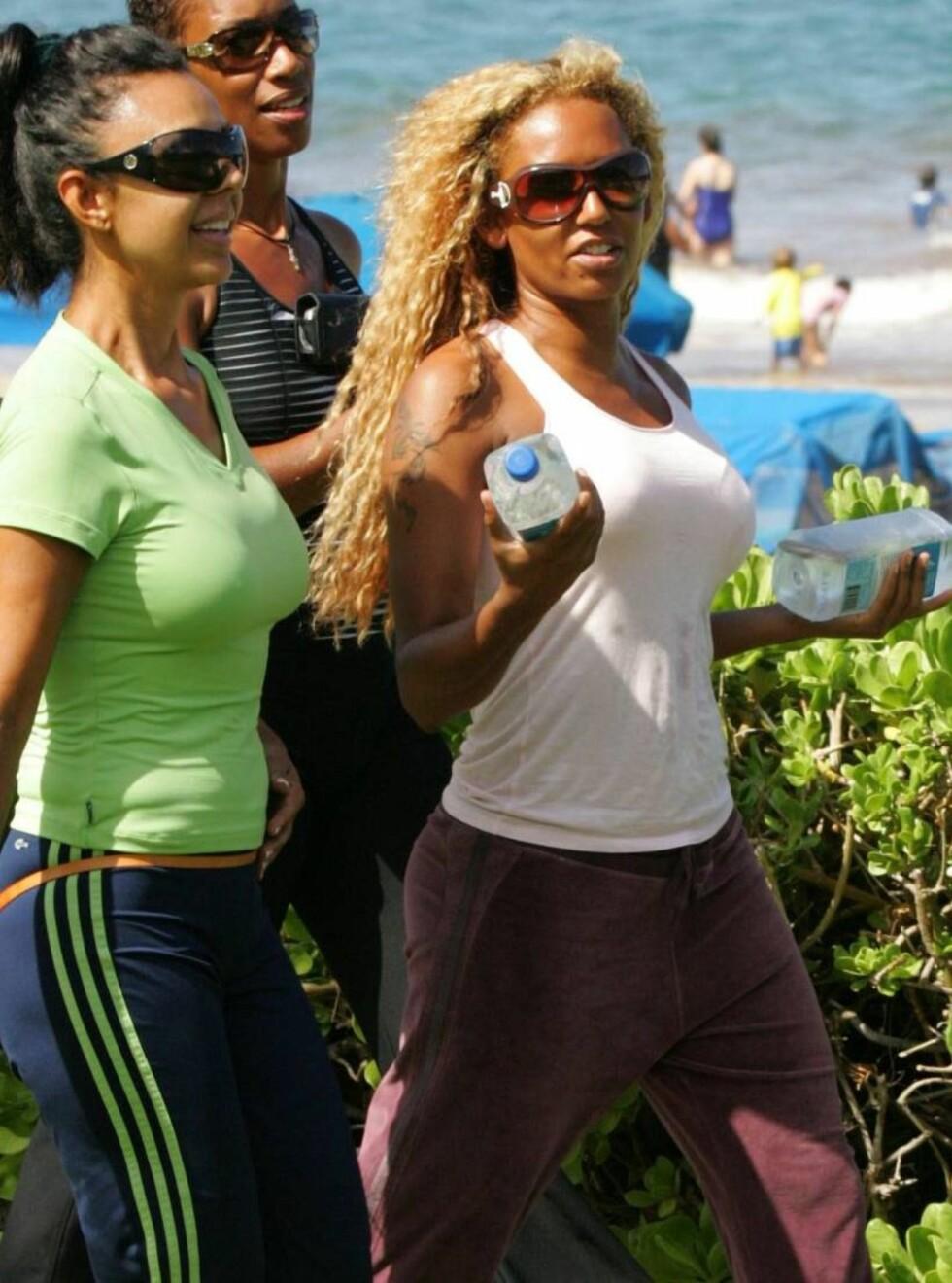 PÅ FERIE: Man skulle ikke tro at den tidligere Spice girls-stjernen var på ferie, der hun løp rundt på Hawaii med vennene.. Foto: STELLA PICTURES