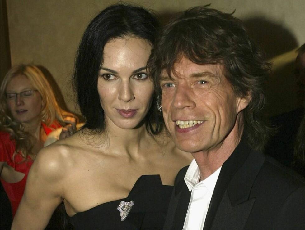 FORLOVET: Mick har fridd - og gitt L'Wren en voksen forlovelsesring! Foto: All Over Press