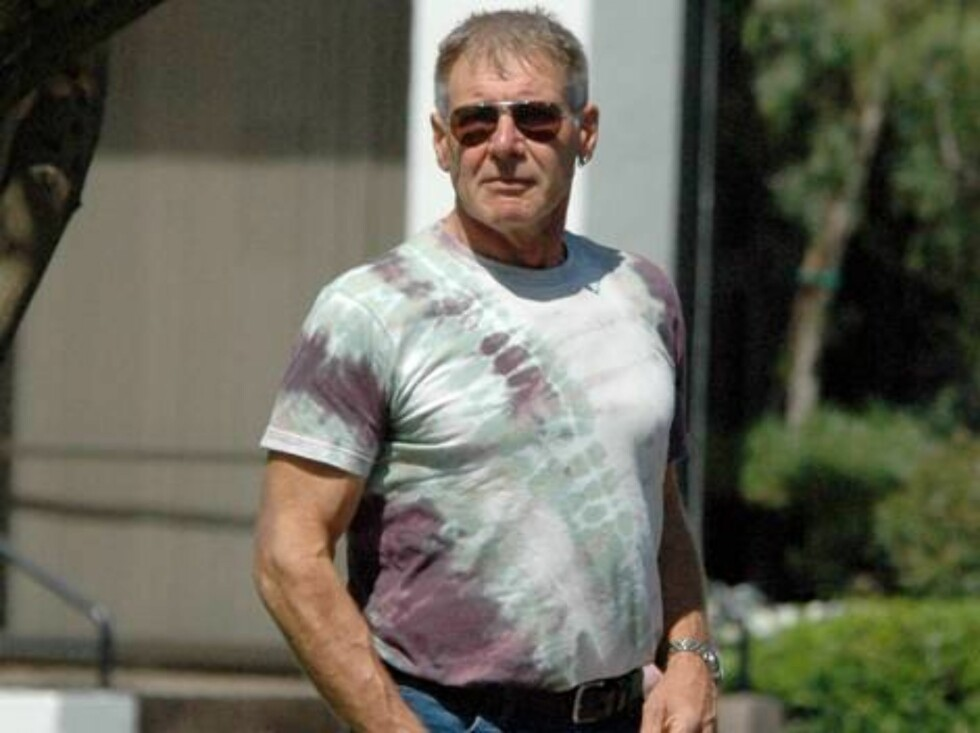A gift from Calista? Harrison Ford wearing a tie dyed T-shirt in Brentwood August 10, 2006 X17agency EXCLUSIVE Foto: All Over Press