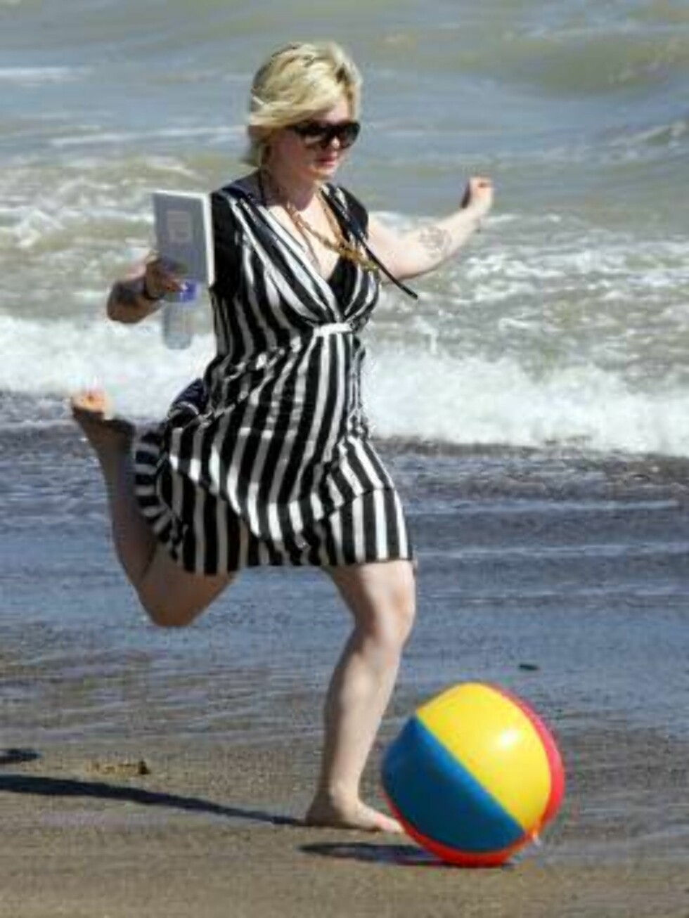 Kelly Osbourne kicks the ball on the beach in Malibu August 5, 2006 X17agency exclusive Foto: All Over Press