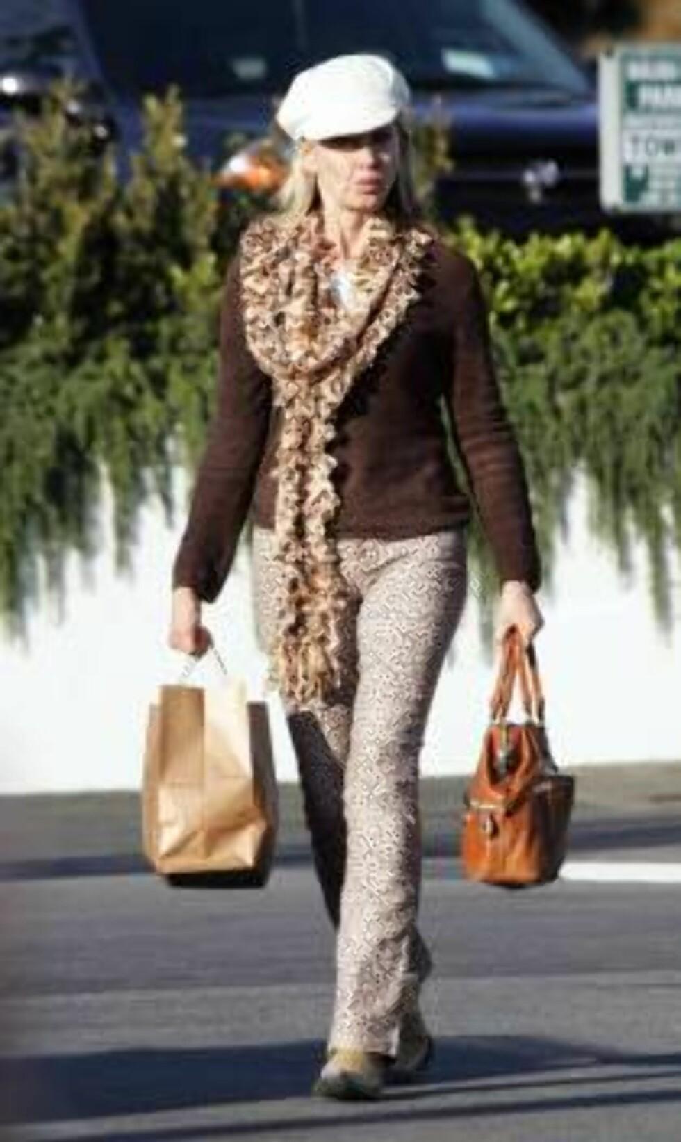 Code:X17XX8-Frederik Madison, California, USA, 05.12.2004: Olivia Newton John does some Christmas shopping in Malibu.  Dressed in leopard print pants, boots, and a fluffy scarf, the Aussie actress-singer also picked up some sunglasses for herself. All Ov Foto: All Over Press