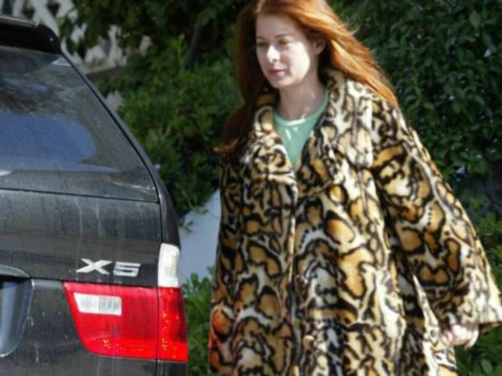 "Debra Messing is the queen of coats!  The ""Will & Grace"" star donned three different vintage coats in the same week, ranging from bright pink to leopard print.  October 29, 2004.  Exclusive X17agency.com / ALL OVER PRESS Foto: All Over Press"