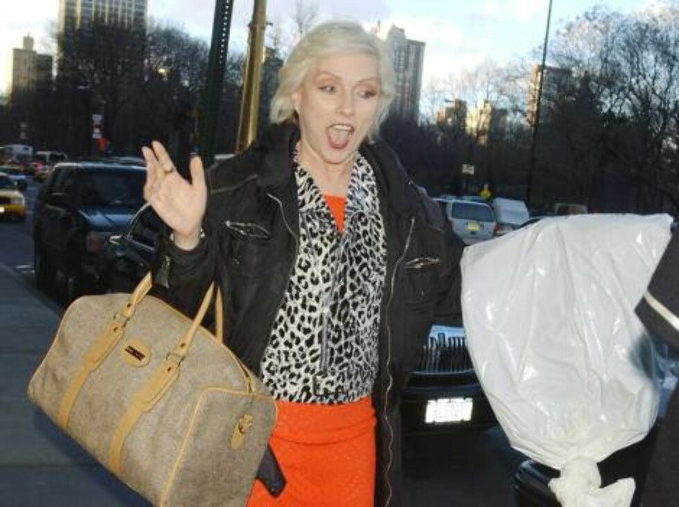 NEW YORK - JANUARY 10:  *** EXCLUSIVE *** (ITALY OUT)  Singer Debbie Harry gestures as she leaves a midtown hotel January 10, 2003 in New York City.  (Photo by Arnaldo Magnani/Getty Images)  - Original Filename: 1711451AM002_blondie.JPG - SPECIAL INSTRU Foto: All Over Press