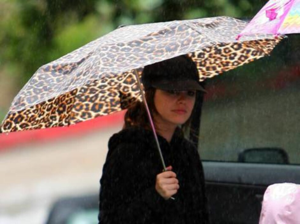 O.C. Rachel Bilson walking in the rain with family members with a leopard umbrella. April 4, 2006 X17agency EXCLUSIVE / ALL OVER PRESS Foto: All Over Press