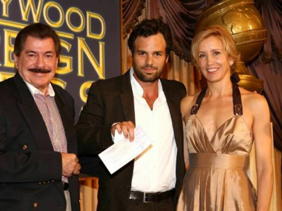 BEVERLY HILLS, CA - AUGUST 17:  HFPA Treasurer Jorge Camara, actor Mark Ruffalo and master of ceremonies Felicity Huffman pose with the check for Independent Film at the HFPA annual installation luncheon held at The Beverly Hills Hotel on August 17, 2006 Foto: All Over Press
