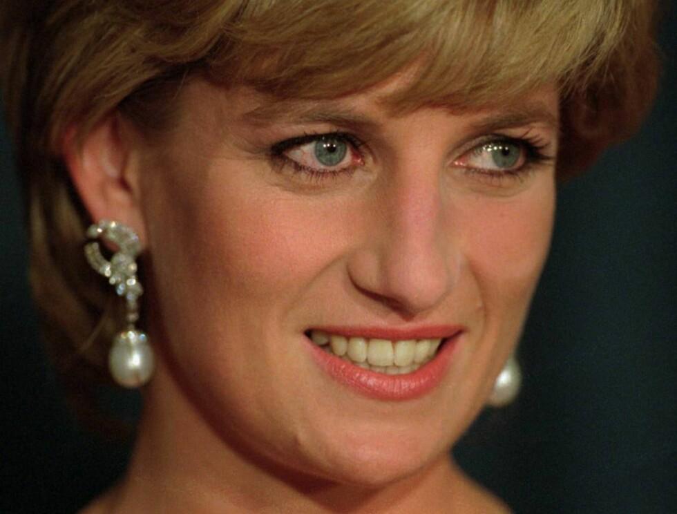 VENN I NØDEN: Prinsess Diana lot en venninne begrave sitt døde barn i sin skjermede hage. Foto: AP/Scanpix