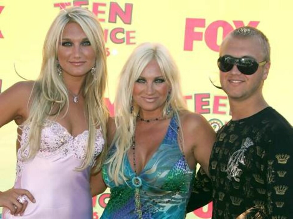 UNIVERSAL CITY, CA - AUGUST 20:  (L-R) Brooke Hogan, Linda Hogan and Nick Hogan arrive at the 8th Annual Teen Choice Awards at the Gibson Amphitheatre on August 20, 2006 in Universal City, California.  (Photo by Frazer Harrison/Getty Images) *** Local Cap Foto: All Over Press