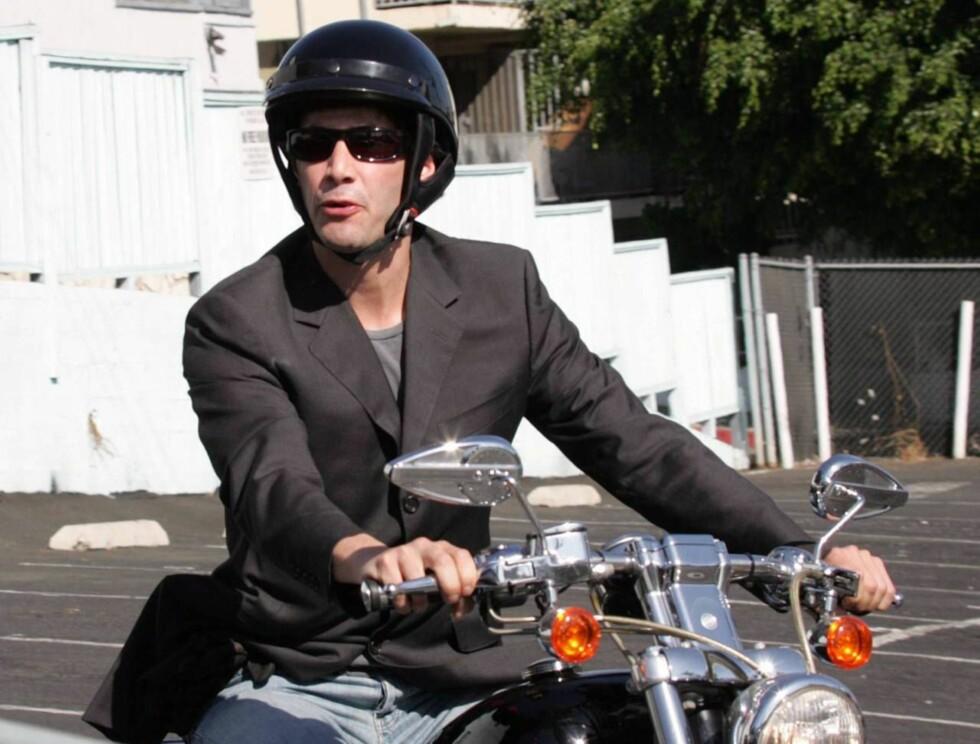 """HOMOFIL?: Med dette """"Village People""""-kostymet spørs det om ikke oddsen på Keanu detter enda et hakk... Foto: All Over Press"""