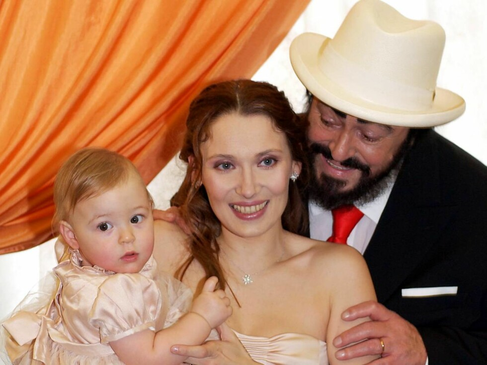 STOLT FAR: Luciano Pavarotti (71) er stolt som en hane over datteren Alice, som han fikk sammen med Nicoletta Mantovani i 2003. Foto: AP