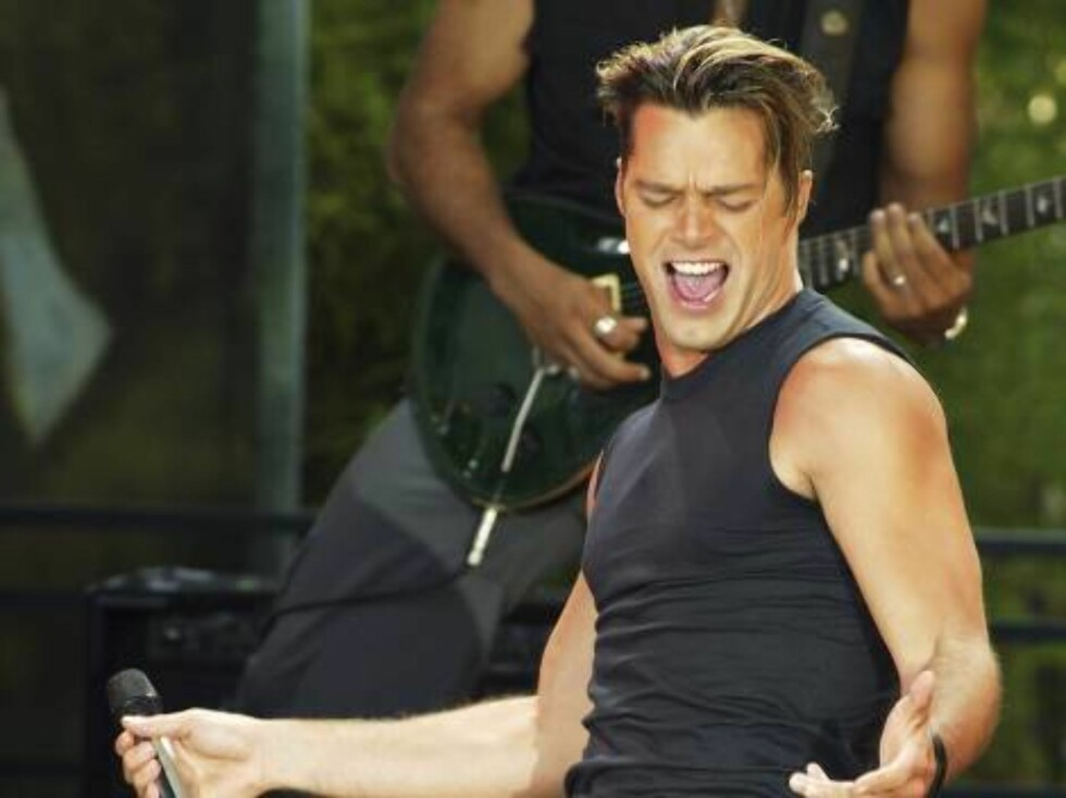 """BURBANK, CA - JUNE 27:  Singer Ricky Martin performs on """"The Tonight Show with Jay Leno"""" at the NBC Studios on June 27, 2003 in Burbank, California. (Photo by Kevin Winter/Getty Images)   / ALL OVER PRESS Foto: All Over Press"""