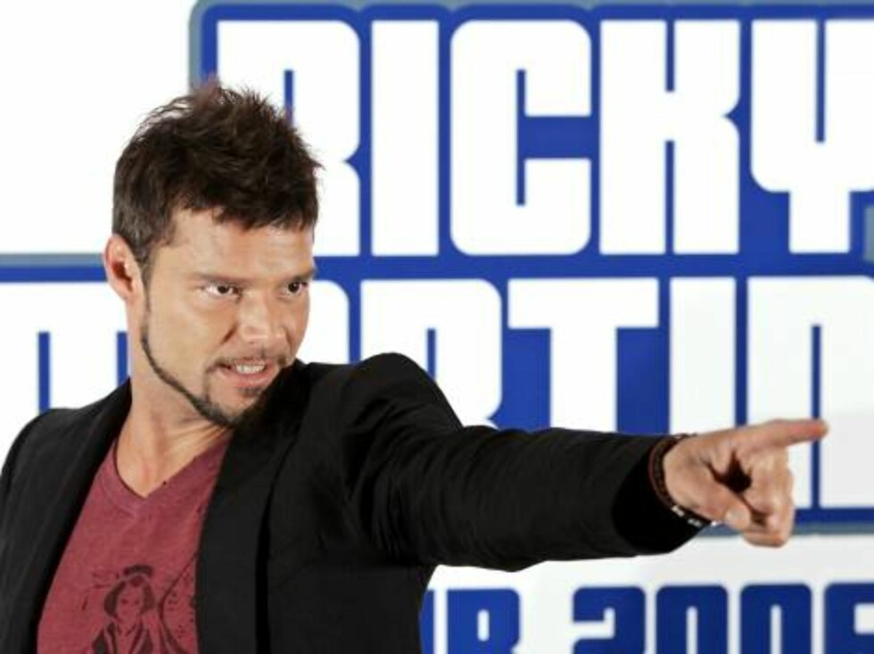 """Puerto Rican singer Ricky Martin gestures during a photocall to promote his """"One night only"""" world tour in Madrid, Wednesday, April 19, 2006. Martin's first concert in Spain will take place in Barcelona on May 9. (AP Photo/EFE, Paco Campos) **LATAM CARIBB Foto: AP"""