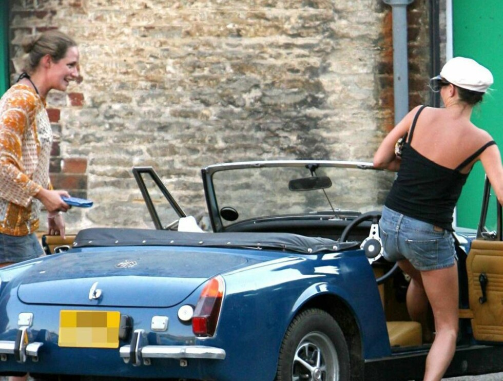 FREKK BIL: Den britiske supermodellen og en venninne tok seg en tur på landet i Kates klassiske MG Cabriolet. Foto: All Over Press