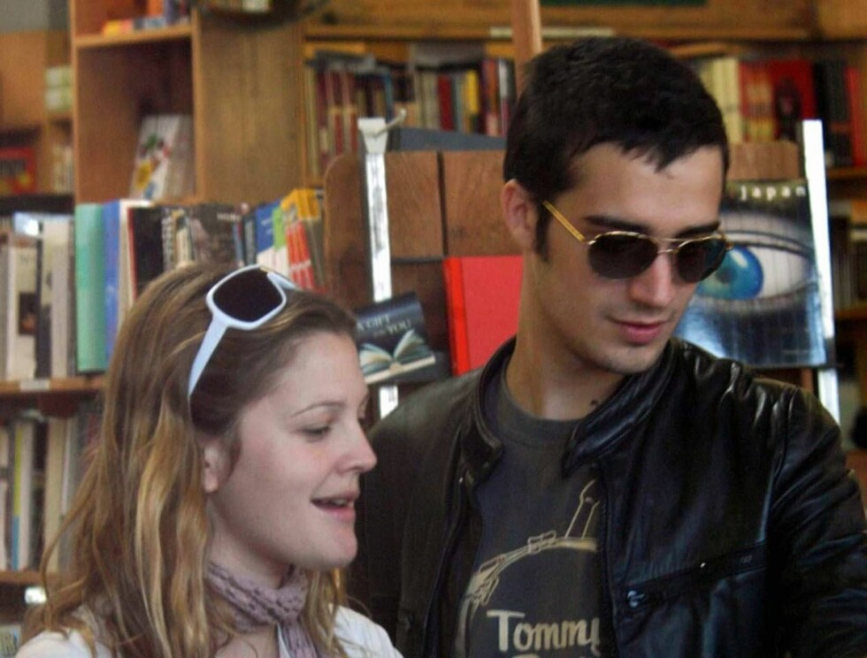 Code: X17XX8- JFX, WEST HOLLYWOOD, USA, 06.06.2004: Cat lover ACTRESS Drew Barrymore stopped at a West Hollywood bookstore with boyfriend Fabrizio Moretti to pick up a copy of the latest L.A. Weekly.  Barrymore sported a long scarf, dark shades, and Uggs. Foto: All Over Press