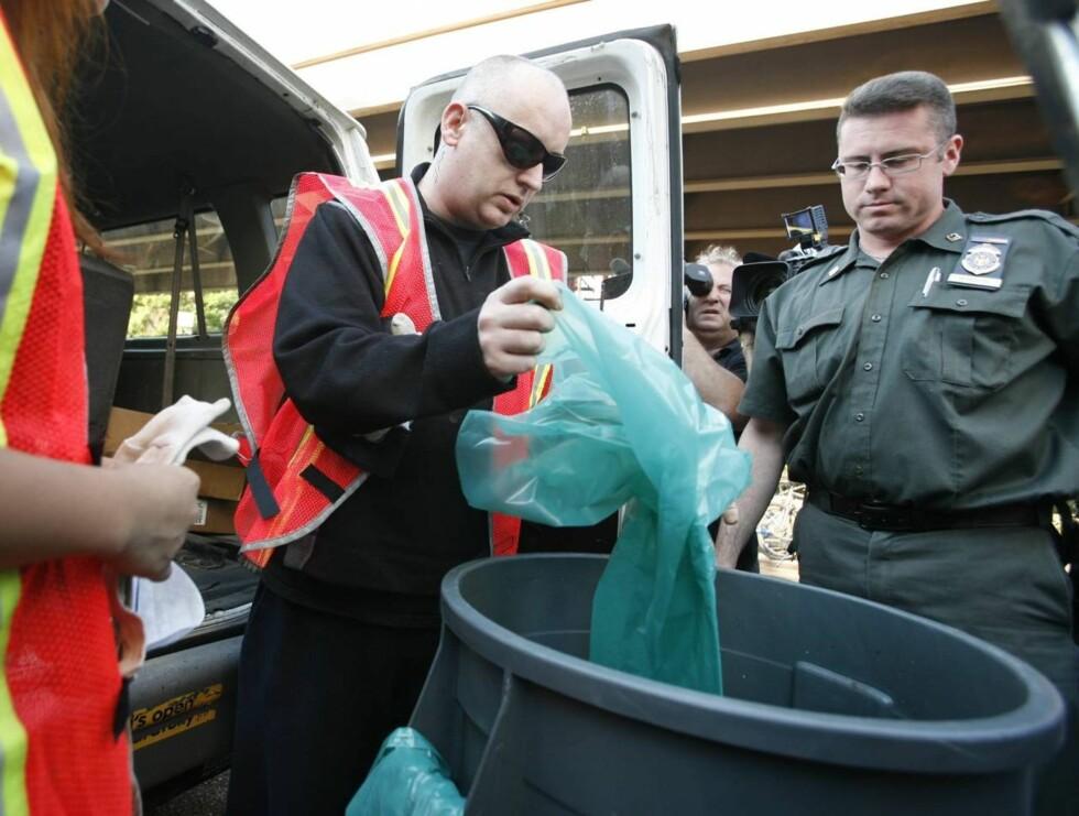 DO THEY REALLY WANT TO HURT ME? Boy George så ikke særlig glad ut da han måtte tømme søppelbøtter.  Foto: AP/Scanpix