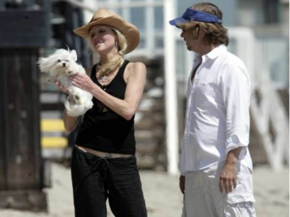 Heather Locklear and David Spade playing ball on the beach in Malibu saturday. August 19, 2006 X17agency EXCLUSIVE Foto: All Over Press