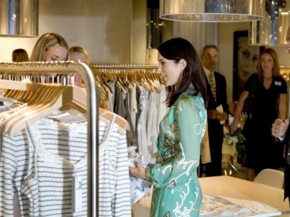 COPENHAGEN 2006-08-10.  Crown Princess Mary of Denmark attends the International Fashion Fair at the Bella Center in Copenhagen.  Photo: Anthon Unger/Polfoto Code: 4030  COPYRIGHT STELLA PICTURES Foto: Stella Pictures