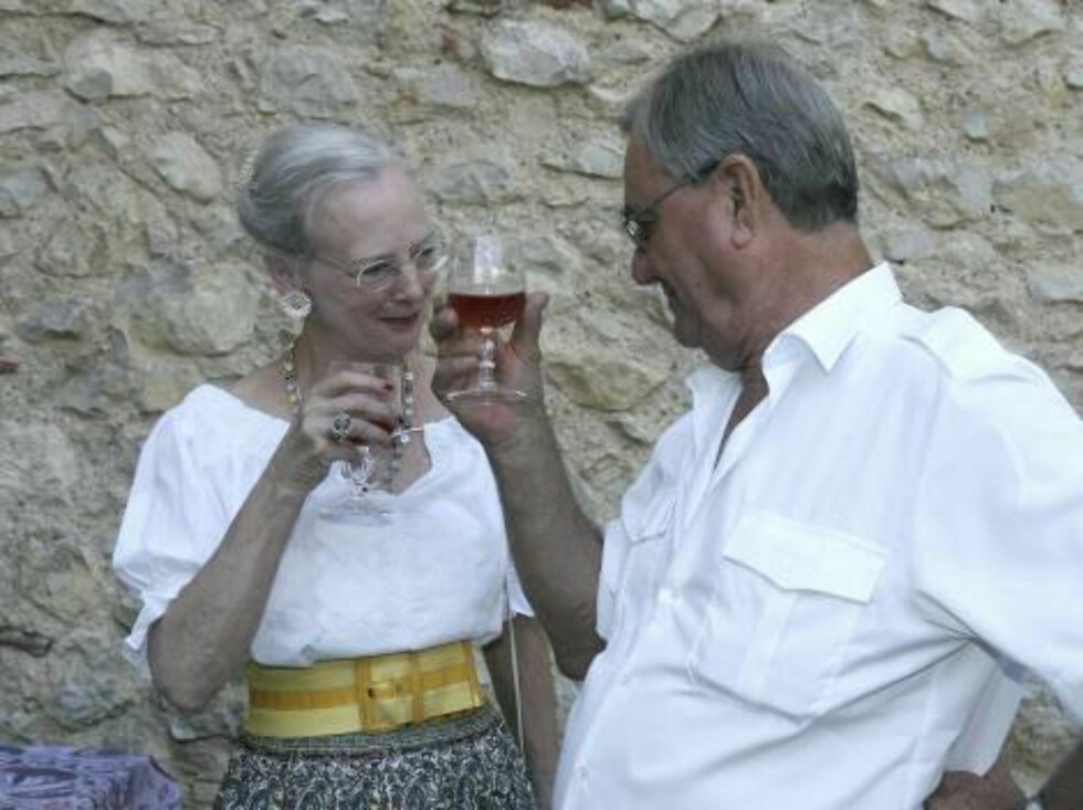 CAIX, FRANCE - AUGUST 09:  Prince Henrik of Denmark (R) makes a toast with Queen Margrethe II of Denmark (L) during the annual photocall in their summer residence on August 9, 2006 in Caix, France.  (Photo by Pascal Le Segretain/Getty Images) *** Local Ca Foto: All Over Press