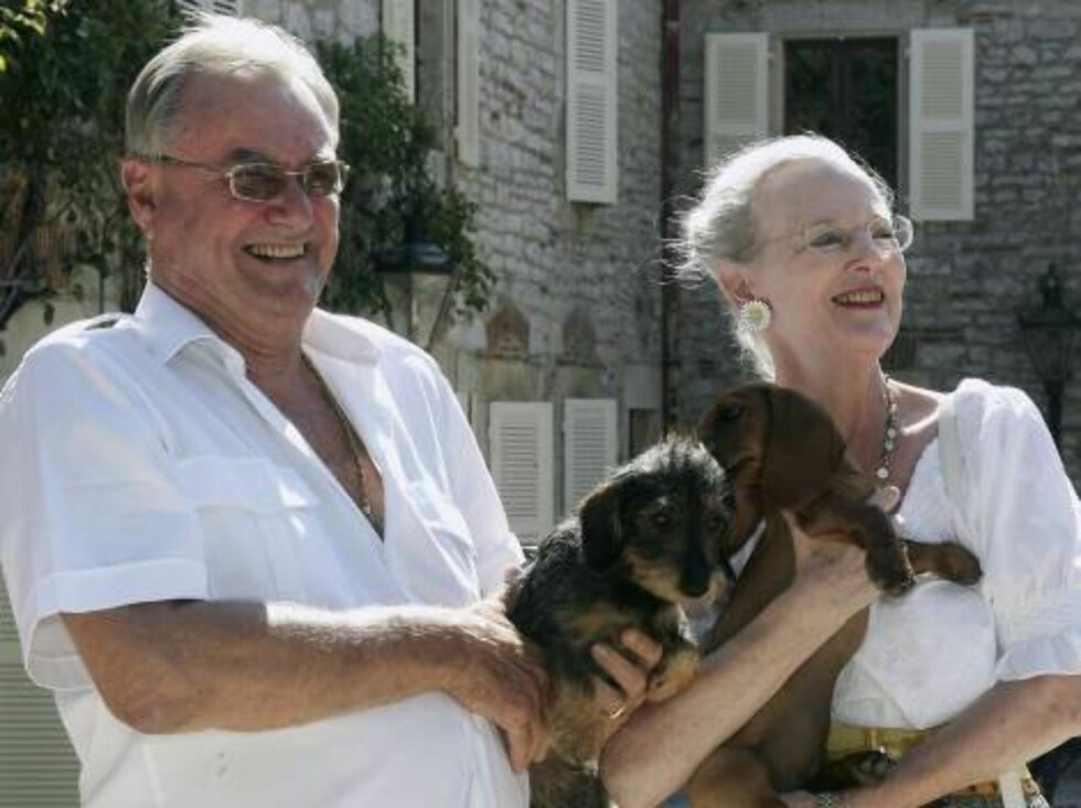CAIX, FRANCE - AUGUST 09:  Prince Henrik of Denmark (L) with his dog Pili-Pili and Queen Margrethe II of Denmark (R) with her dog Helike pose during the annual photocall in their summer residence on August 9, 2006 in Caix, France.  (Photo by Pascal Le Seg Foto: All Over Press